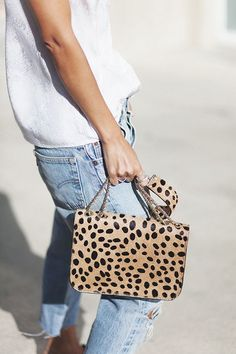how to wear leopard | leopard bag | how to wear a white tee | how to wear a jeans | more on fashionchick.nl