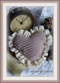 Binnenkort is het weer Valentijn, de dag van de liefde en vriendschap.   Geef dus met Valentijn al wie je graag ziet een lief gehaakt har...