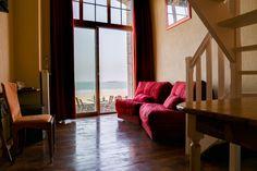 Duplex 4 personnes vue sur mer :  Un grand lit (ou 2 lits sur demande) en mezzanine et un canapé 2 places ou 2 fauteuils qui se déplient au rez de chaussée,  Salle de bain avec baignoire balnéo (9h-21h) et toilettes séparées.  Accès direct sur la terrasse (non privative) de notre bar vue mer.