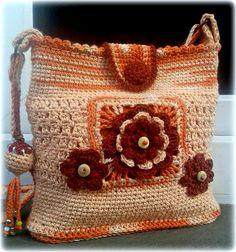 Kabelka... Gejzír radosti Radost trýskající silou gejzíru... Háčkovaná kabelka v oranžových odstínech z bambusové příze s příměsí bavlny, podšitá sytě oranžovou látkou, se zapínáním na obháčkovaný knoflík. Přední strana je zdobená vháčkovaným ornamentem a kytičkami z rezavé bavlny. Jednu stranu rukojeti doplňuje karabinkou připnutý háčkovaný přívěsek ...