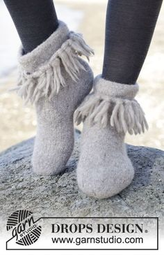 """Twist & Shout - Felted DROPS slippers with fringes in """"Eskimo"""" Size 35 - 44 - Free pattern by DROPS Design Knitting Patterns Free, Free Knitting, Baby Knitting, Free Pattern, Crochet Patterns, Drops Design, Felted Slippers Pattern, Knitted Slippers, Knitted Poncho"""
