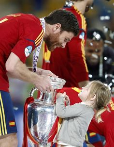 Spain's Xabi Alonso and a child celebrate with the trophy after defeating Italy to win the Euro 2012 final soccer match at the Olympic stadium in Kiev, July Fc Liverpool, Liverpool Football Club, Real Madrid, Xavi Alonso, Italy World Cup, Claudio Marchisio, This Is Anfield, German Boys, Euro 2012