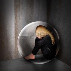 Une jeune femme est d prim e et triste dans une bulle dans une pi ce sombre La…