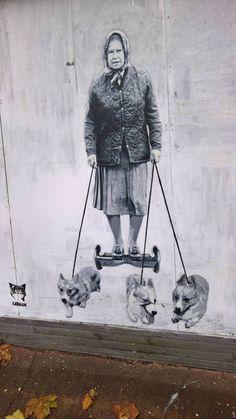 Transport royal ! / La reine Elisabeth et ses chiens. / Queen Elisabeth and her dogs. / Street art.