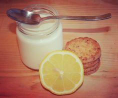 Yaourt maison façon tarte au citron  INGRÉDIENTS: - 1l de lait (frais, entier, 1/2 écrémé,...) - 1 sachet de ferment lactique ou 1 yaourt - Lemon curd - Pâte sablée maison ou biscuit sablé PREPARATION: L'idéal est d'avoir le lait à température ambiante, sinon chauffer le lait quelques secondes...