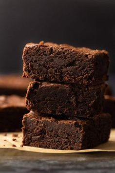 Easy BrownieA step-by-step guide for How to Make Brownies that will give you fudgy, chewy brownies in no time at all. Ultra chocolatey and chewy, this easy brownie recipes requires only 1 bowl, a whisk, and a spatula. via Baked by an Introvert Fudge Brownies, Beste Brownies, Cookie Brownie Bars, Homemade Brownies, Chocolate Brownies, Homemade Snickers, Best Brownie Recipe, Brownie Recipes, Chocolate Recipes
