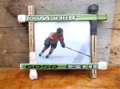 This frame is made from old hockey sticks Hockey Girls, Hockey Mom, Hockey Stuff, Hockey Stick Crafts, Hockey Sticks, Hockey Bedroom, Hockey Decor, Hockey Tournaments, Hockey Pictures