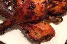 Hoe maak je zelf Surinaamse kip? In dit recept lees je hoe je de marinade maakt en ze vervolgens bakt in de oven of op de BBQ.