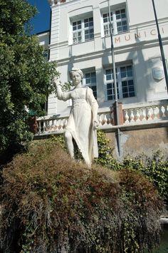 Bordighera (IM), Palazzo Garnier e statua di Magiargé