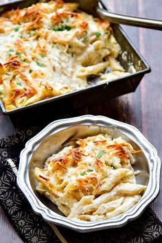 Juicy chicken, pasta, creamy Alfredo sauce and melted, gooey cheese. Happiness has arrived in the form of an easy, delicious Chicken Alfredo Pasta Bake. Pasta Alfredo, Alfredo Recipe, Alfredo Sauce, Chicken Alfredo Pasta Baked, Chicken Alfredo Casserole, Cheesy Chicken, Pasta Casserole, Chicken Bacon, Pasta Recipes