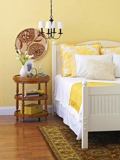 Parede amarela alegra o ambiente. Use na parede que você menos olha, assim evita que se canse da cor com facilidade.