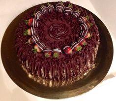 Torta con frutti di bosco e mascarpone, ricoperta da ganache fondente e fragole ricoperte di cioccolato