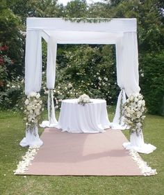 Have you always dreamed of having a romantic wedding but you don't want to have the decorations that every other bride Wedding Ceremony Arch, Outdoor Ceremony, Wedding Venues, Yard Wedding, Diy Wedding, Dream Wedding, Romantic Wedding Decor, Outdoor Wedding Decorations, Floral Arch