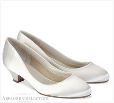 Enkel Brudesko med 3 cm hel Rosemary Pink  Str 36-43. Enkel brude sko som kan pyntes opp med våre flotte skoklips om du vil ha mer pynt på. Sko kilps kan kjøpes ved å KLIKKE HER. Veldig komfortabel og med lav og god hel. Ivory sateng.  Modell: Rosemary fra Pink Ivory sateng og blonde Helhøyde 3 cm  Str 36-43