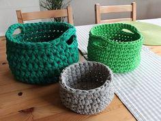 Aprende a tejer un cesto de trapillo súper útil para tener organizados, por ejemplo, todos tus accesorios, ¡o lo que tú quieras!