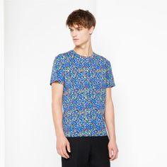 T-shirt Sandro à manches courtes avec encolure ronde et imprimé multicolore. Le mannequin porte une taille S.