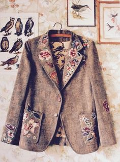 A floral appliqued tweed coat. via Marie Claire Idees Altered Couture, Mode Style, Style Me, Diy Fashion, Womens Fashion, Refashioning, Tweed Jacket, Tweed Blazer, Blazer Jacket