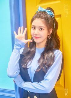 Iz*one×reader Iz*one a girl group consisting 12 members is formed by Mnet's program Produce The members are ~Kwon Eunbi~ ~Miyawaki Sakura~ ~Kang Hyewon~ ~C. Kpop Girl Groups, Kpop Girls, Yuri, Eyes On Me, Japanese Girl Group, Korea Fashion, Kpop Fashion, One Color, Korean Singer
