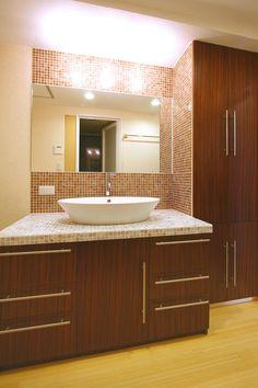 造作洗面台 - 置き型ボール & モザイクタイルカウンター & 洗面収納 French Country House, Washroom, Creative Home, Corner Bathtub, Mosaic Tiles, Your Space, Paint Colors, Vulnerability, Furniture