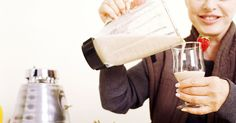 Es la leche en polvo como proteína en polvo. Aunque son similares en apariencia, la leche en polvo y la proteína en polvo son dos productos muy diferentes. El costo, la composición y el sabor distinguen a estos alimentos. Mientras tanto puede ser una adición saludable a tu dieta; conocer las diferencias puede ayudarte a determinar cuál es la mejor para tus necesidades.