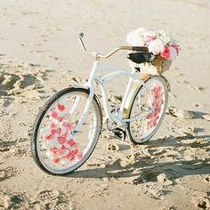 Geente, que coisa mais perfeita essa bicicleta toda enfeitada com flores para vc usar na sua decoração!  Simplesmente apaixonada  *Foto: Ruth Eileen Photography
