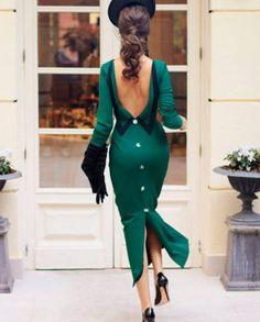 Vestido midi por debajo de la rodilla, sin mangas, confeccionado en tejido estampado de algodón. De corte recto y falda terminada en un amplio volante, destaca su impresionante volumen de alta costura que nace en el pecho. Espalda completamente cerrada y cremallera invisible.Vestido íntegramente diseñado y confeccionado en España.<em>Para conservar tu vestido CHERUBINA como el primer día, recomendamos una limpieza profesional en tintorería, siguiendo las indicaciones mostradas en la eti...