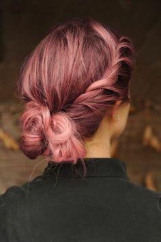 chignon bas cheveux roses