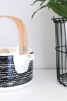 Nordic Days is a website with Scandinavian interiors where you learn everything about Scandinavian design and the latest home interior trends. Scandinavian Kitchen, Scandinavian Design, Scandinavian Interiors, White Heaven, White Wood Kitchens, Cute Teapot, Nordic Living, Minimal Living, Toy Kitchen