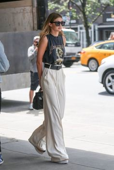 0cebf353299b look casual smart de Gigi Hadid en pantalon large de taille haute combiné  avec t-