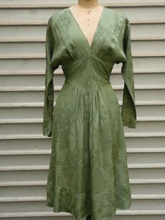 http://www.chezchiffons.fr/boutique-vintage/robes-vintage/robe-1940-2/