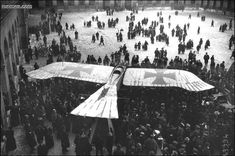 Um monoplano alemão Taube capturado, em exibição no pátio do Les Invalides em Paris, em 1915. O Taube foi um avião criado antes da Primeira Guerra Mundial, apenas brevemente utilizado na linha de frente e substituído mais tarde por projetos mais recentes.