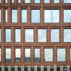 Almost finished! #paleiskwartier #fritsvandongen #dearchitektencie #vandongenkoschuch #brick #klinker #baksteen #hagemeisterklinker #facade #brickwork