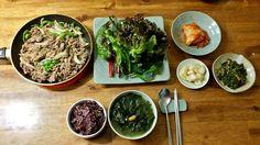 건강을 위한 한식 메뉴, Healthy Korean menu 자 오늘은 영양가가 풍부한 한식으로 구성을 해 보았습니다. I prepared Korean food with rich nutrition. Let's look at it.  Main 잡곡밥, multi-grain rice 미역국, seaweed soup 불고기, bulgogi  Side dish(banchan) 채소, vegetables 김치, kimchi 달래나물, wild chive greens 양파장아찌, pickled onion  Great combination!   #koreanfood