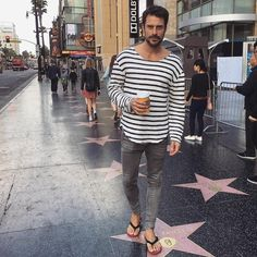 Mode Masculine, Mens Hairstyles With Beard, Men's Hairstyles, Abercrombie Men, Black Jeans Outfit, Barefoot Men, Mens Flip Flops, Male Feet, Jean Outfits