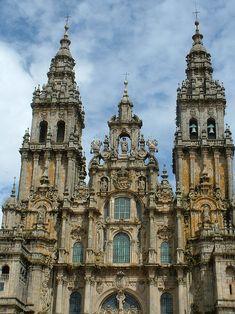 La fachada de la Plaza del Obradoiro de la Catedral de Santiago de Compostela está estructurada en tres ejes y dos plantas que encierran grandes ventanales. La importancia de estos es rebajada por lo resaltado de los elementos articulatorios de la fachada. La obra fue fuertemente criticada en el siglo XVIII por combinar elementos de la tradición románica con la estética barroca.