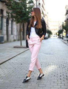 Otro 'look' de Bartabac, de Perfecto, camiseta, pantalón rosa pastel de corte masculino y Oxford bicolores.