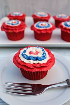 Patriotic Cupcakes with Rosettes from thebearfootbaker.com