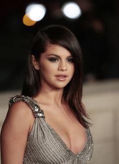Picture of Selena Gomez Selena Gomez Hair, Selena Gomez Cute, Selena Gomez Images, Alex Russo, Marie Gomez, Movie Stars, Hair Beauty, Hollywood, Celebrities