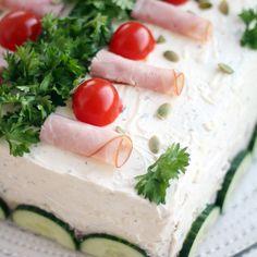Perinteinen kinkkuvoileipäkakku suolakurkkutäytteellä | Maku Cake Sandwich, Sandwiches, Gazpacho, Finnish Recipes, Ceviche, Cheesecakes, Feta, Camembert Cheese, Panna Cotta