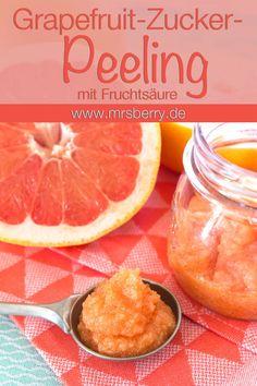 Peeling selber machen: Das Grapefruit-Zucker-Peeling mit Fruchtsäure erfrischt den Geist und hinterlässt ein angenehm seidig weiches Gefühl auf der Haut. Verwendbar als Gesichtspeeling, Körperpeeling, Handpeeling und Fußpeeling. Das Fruchtsäurepeeling und weitere Rezepte für Naturkosmetik gibts hier: www.mrsberry.de