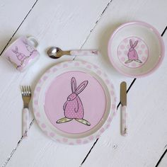 Rufus Rabbit Barneservise med bestikk Rosa. Nydelig Barneservise og bestikk. Består av 6 deler: Kopp, tallerken, skål, kniv, gaffel og skje. Serviset er laget av melamin. Alt kan vaskes i oppvaskmaskin.