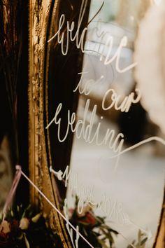 Ein ganz besonderer Empfang und ein schönes Willkommen für die Gäste. So wird schon direkt zur Begrüßung, am Eingang der Location, das Vintage-Thema der Hochzeit eingeleitet.  ____ Fotografie: Steffen & Christine Photography  #hochzeit #braunschweig #vintage #rosa #antik Location, Chalkboard Quotes, Art Quotes, Neon Signs, Vintage, Pink, Cordial, Getting Married, Nice Asses