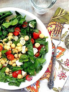 With only 7 ingredients, you can be eating this healthy and delicious Spinach, Mozzarella, Tomato and Chickpea Salad for lunch or dinner in less than 10 minutes! | Recipe is gluten free and meatless.