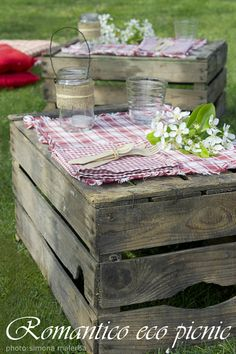 Pack the picnic in a wooden crate and it can be turned uoside down for table! Pack the picnic in a wooden crate and it can be turned uoside down for table! Comida Picnic, Garden Picnic, Backyard Picnic, Picnic Style, Country Picnic, Fiestas Party, Party Decoration, Picnic In The Park, Bbq Party