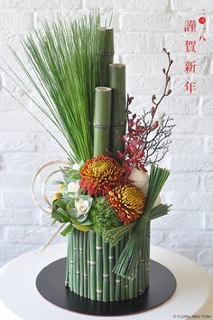 how to staple foliage designs in floral arrangements Ikebana Arrangements, Modern Floral Arrangements, Creative Flower Arrangements, Flower Arrangement Designs, Ikebana Flower Arrangement, Church Flower Arrangements, Beautiful Flower Arrangements, Floral Centerpieces, Beautiful Flowers