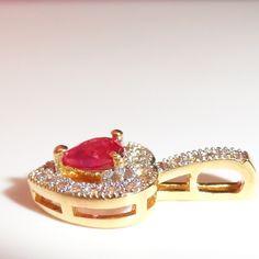 Pendentif plaqué or 18 carats disponible à cette adresse: https://bijouxagogo.com/p/pendentif-femme-plaque-or-18-carats-bicolore-pavage-brillant-oxyde-de-zirconium-39798/
