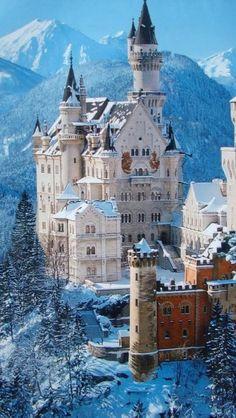 Inverno no castelo Neuschwanstein, próximo a Munique, na Baviera, Alemanha. Sua inserção na paisagem é encantadora.
