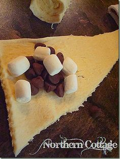 Anti climatic- the marshmallows dissipate . mini marshmallows + chocolate chips + crescent rolls = perfect for our dessert party! Köstliche Desserts, Delicious Desserts, Dessert Recipes, Yummy Food, Dessert Healthy, Quick Dessert, Dessert Pizza, Yummy Treats, Sweet Treats