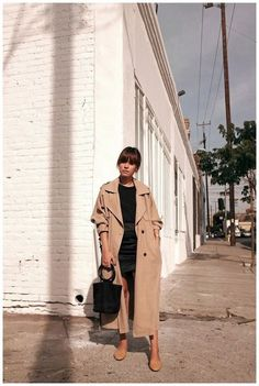 how to wear a trench coat this year stunning looks 7 Trench Coat Outfit, Beige Trench Coat, Trent Coat, Mode Outfits, Fashion Outfits, Queen Fashion, Inspiration Mode, Christian Siriano, Fashion Tips For Women