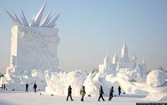 HARBIN, CHINA, 20 DE DICIEMBRE: Los trabajadores ponen el broche de oro en una escultura antes de la versión número 27 de la Exposición artística internacional de esculturas de nieve de Harbin Sun Island el 20 de diciembre de 2014 en Harbin, China. La exposición estará abierta al público hoy.